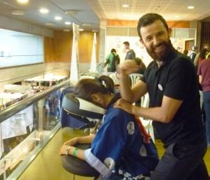 antonReina dando masajeSentado en el salón de Murcia se Remanga