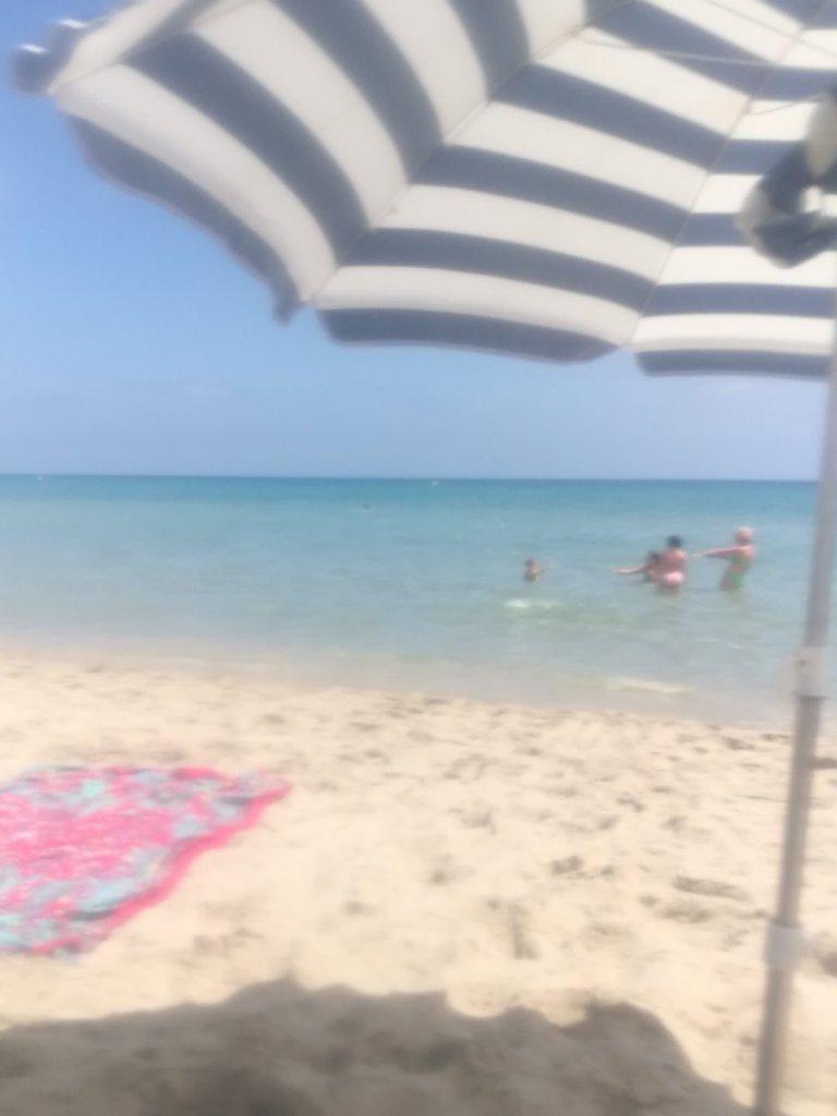 Tener la playa cerca me ayuda a vivir el verano como siempre había soñado. Estar cerca del mar en verano me ayuda a sentir que estoy vivo. Es decir, conectado con algo que no se puede ver. Naturaleza, planeta, espíritu... no sé cómo llamar a La Vida.